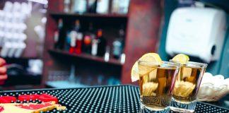 glazen drank op een bar