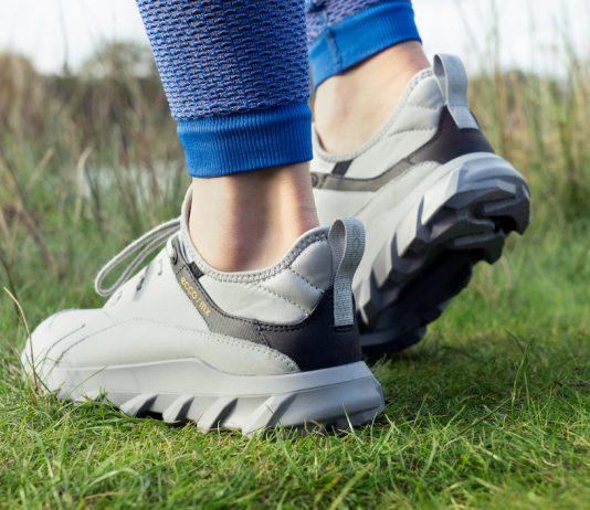 vrouw met schoenen