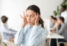 vrouw last van haar hoofd op het werk