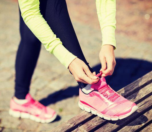 vrouw met sportschoenen